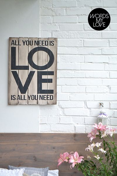 Alles, was Sie benötigen, ist ... - Holztafel mit der Inschrift - WordsMyLove - Wandschmuck