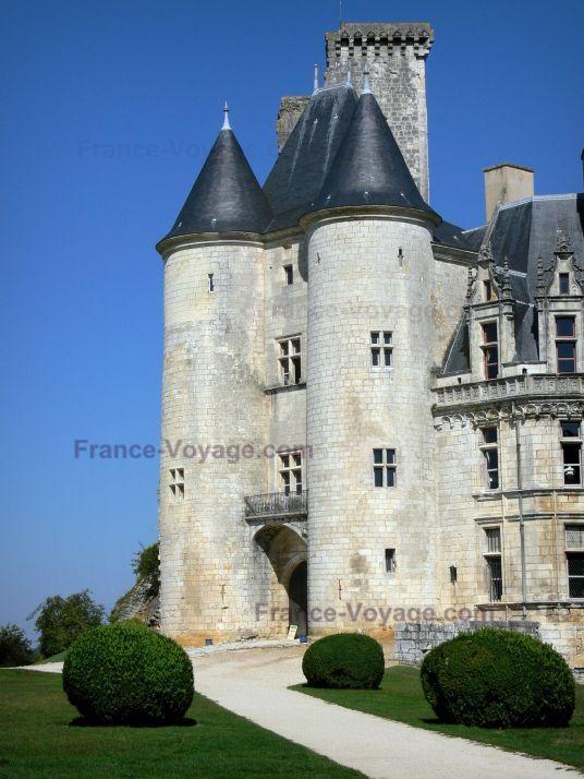 Château+de+La+Rochefoucauld:+Châtelet+flanqué+de+deux+tours - France-Voyage.com
