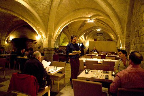 Restaurant Roji - Antwerpen. Toprestaurant.   Hoe origineel om in een 13de-eeuwse kelder een sushibar te openen! Roji Sushi is uniek. Op d...