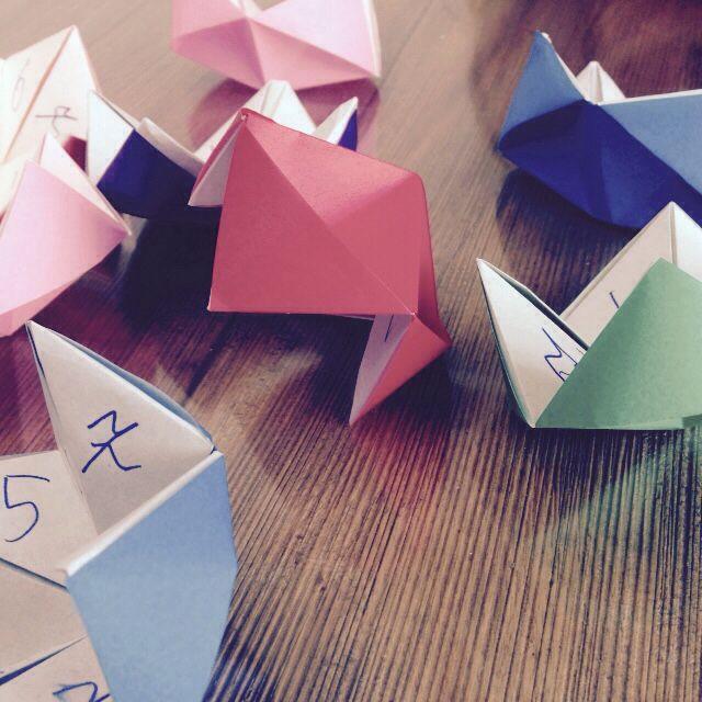 Opdrachten bloem vouwen. Van origami. Onder elk nummer staat iets leuks, grappigs of een opdracht.