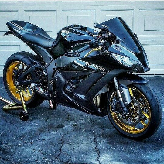 Kawasaki ZX10.. Damn good lookin bike.