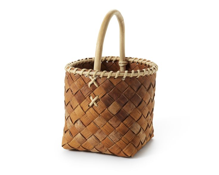 Birch Bark Basket  by Rauno Uusitalo. Birch bark has from prehistoric times to the present day been used throughout the subarctic area. That means the northern parts of America, Asia and Europe. Birch bark has been used in many different fields and objects are manufactured in a variety of ways. The technique of braiding utility of remsnäver has also been most common in the traditional Finnish communities in Värmland, Dalarna and southern Norrland.  Foto: Klara G