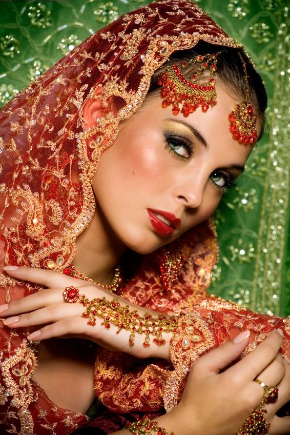 El sari rojo es típico de las novias en la India. ¿Qué os parece celebrar una boda multicultural? #novias #bodas #sari #IndiaTrend #HispaBodas
