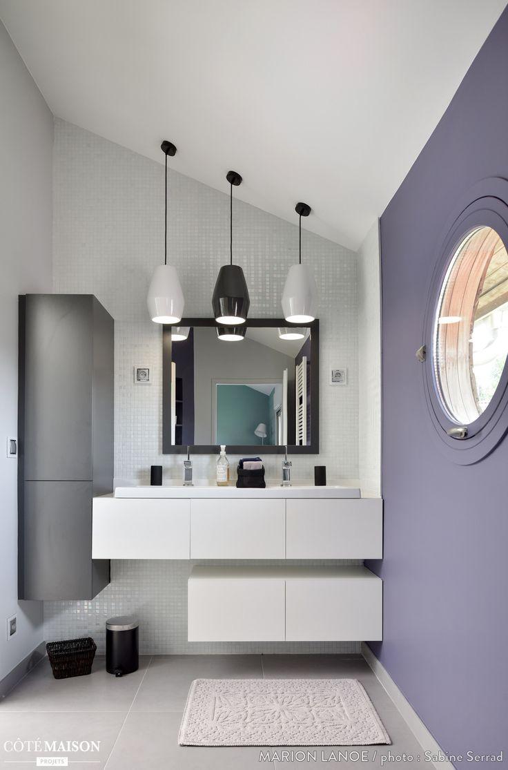 Dans cette salle de bains le jeu des lampes de for Carrelage adhesif salle de bain avec lampe led pour plafond