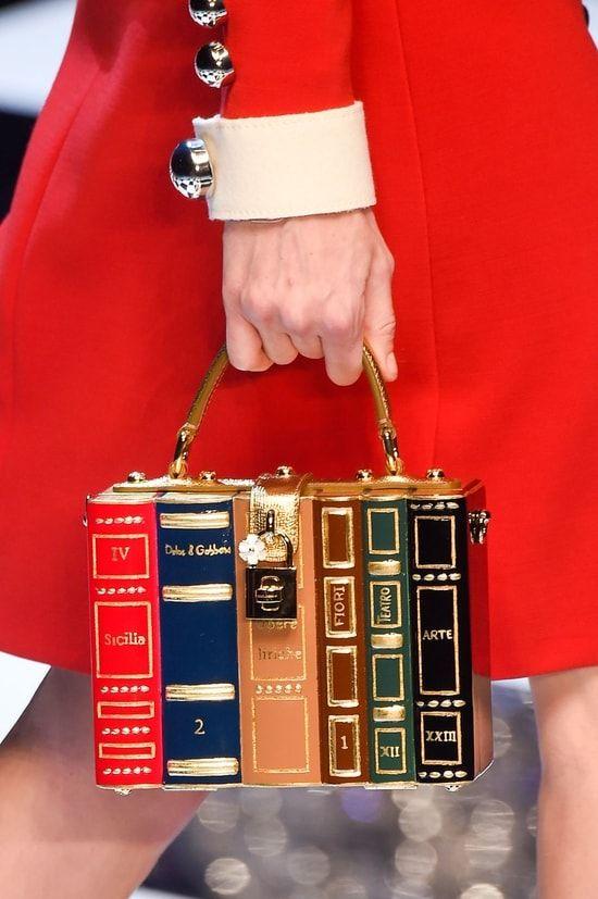 Le petit sac à main bibliothèque du défilé Dolce & Gabbana
