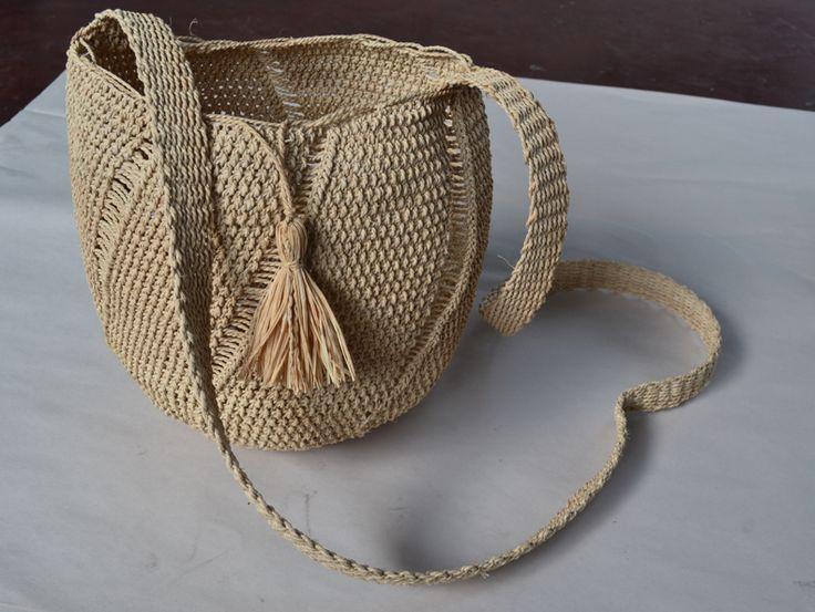 Natural colour, moriche handbag made by Amorua artisans of Vichada, Colombia. #Mambe Shop www.mambe.org
