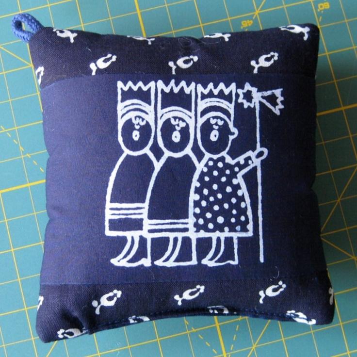 Jehelníček ... TŘI KRÁLOVÉ Kresba z volné ruky na textil - modrotiskový jehelníček. Materiál modrotisk na bavlněném plátně. Velikost 13x13 cm. Doporučuji prát při teplotě 40°C.
