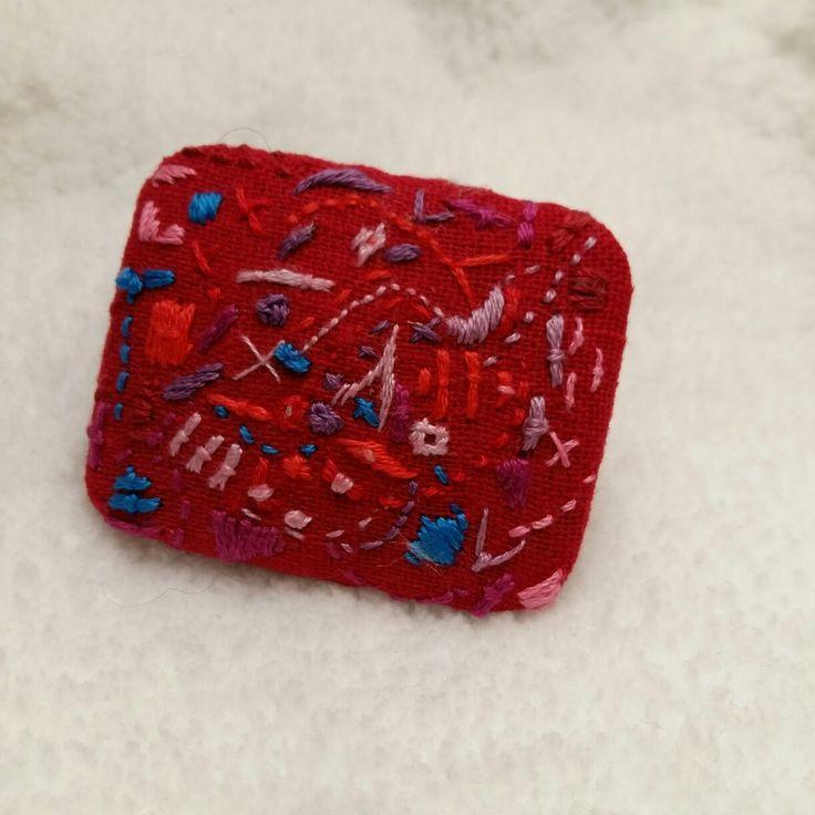 Красное всегда в выигрыше. Брошь и -заколка резинка для волос. Вышивка абстракция художника.