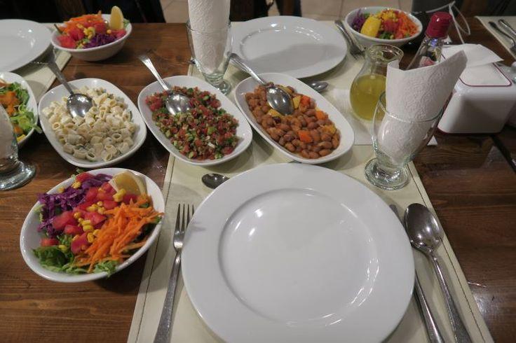 Zu einem typisch türkischen Essen gehören viele Vorspeisen. Es ist Ezme, Cacik, Hummus und vieles andere auf dem Foto zu sehen. ,