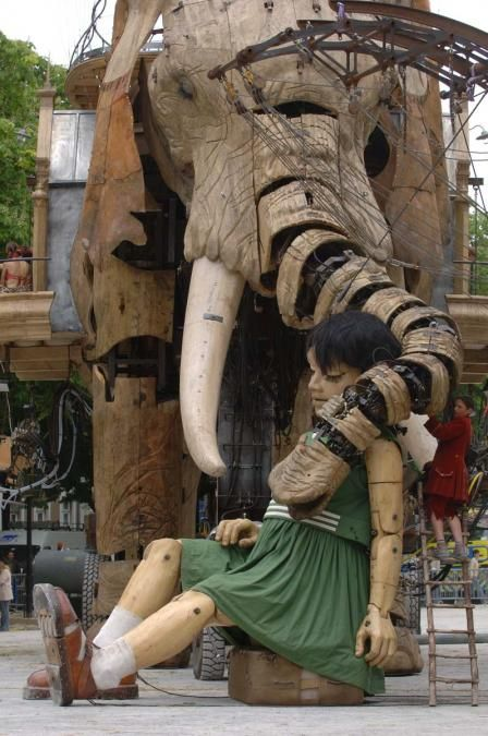 Visite du Sultan des Indes - Calin éléphant PteG - Ville de Nantes- Royal de Luxe