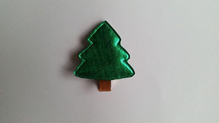 Spinka zielona choinka wykonana z połyskującej tkaniny. Wym. 5cmx5,5cm, klips: krokodyl 4,5cm.