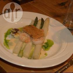 Foto recept: Witte asperges met gamba's, serehsaus, gepocheerd kwartelei, sesamkletskop en bieslookolie