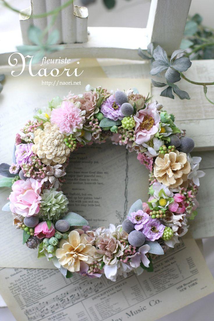 淡いピンクのお花と木の実のリース
