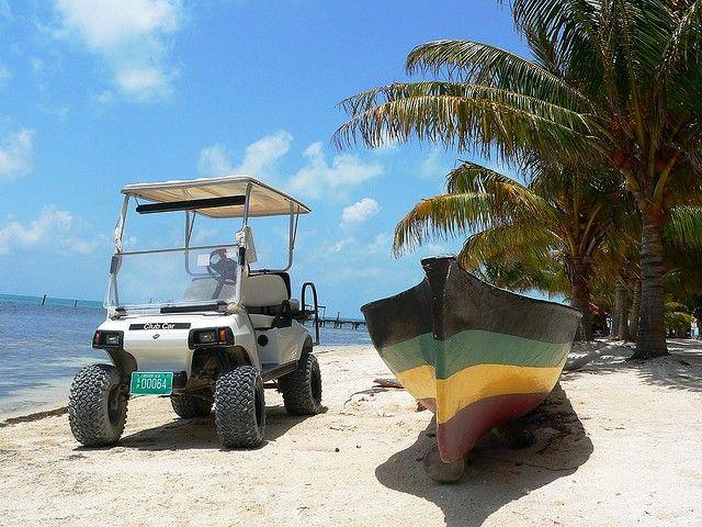 Bij aankomst staan er #golfkarretjes je op te wachten om je de verschillende accommodaties op het #eiland te laten zien. #golfcart #island #boat #Belize #SanPedro #CayeCaulker #travel #reizen