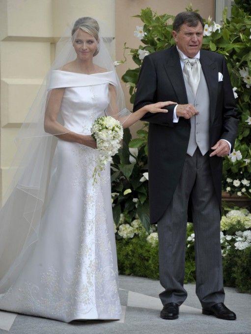 Майкл Уитсток, отец Шарлин ведет дочь во дворец