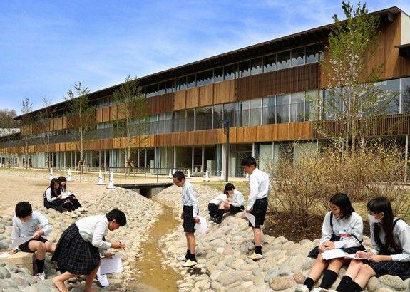 """""""大都会の真っ只中に木造校舎を回復する試みとして、外装の素材に杉を使用した""""隈研吾建築都市設計事務所による帝京大学小学校は、木材外壁の様々な張り方によって、デザインのバラエティーが見られる。"""