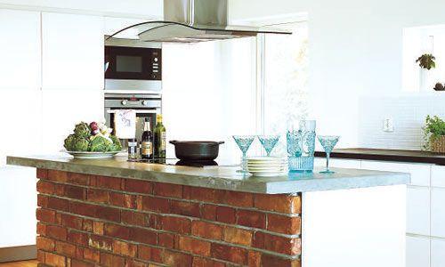 Köksön är byggd av återanvänt tegel från den rivna öppna spisen från 50-talet. Bänken har Johan gjutit själv.