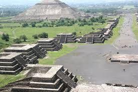 Las actividades artísticas de los aztecas fueron muy influenciadas por las tradiciones olmecas y toltecas. La esculturas en jade y las grandes construcciones son ejemplos claros de esas influencias. La arquitectura estaba vinculada a la vida religiosa, la forma más frecuentemente utilizada era la pirámide con escaleras, que culminaba con un santuario en la parte superior.