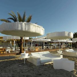 De vrolijkste parasol ooit werd ontworpen door Davy Grosemans en is het antwoord op de vaak kitscherige parasol die je vaak ziet op exotische stranden.