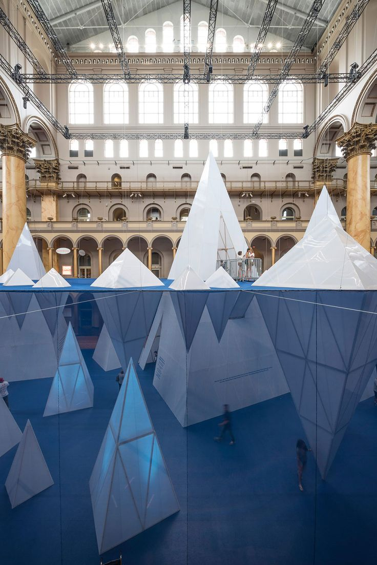 Icebergs dentro del  National Building Museum por James Corner Field Operations. Fotografía © Timothy Schenck.