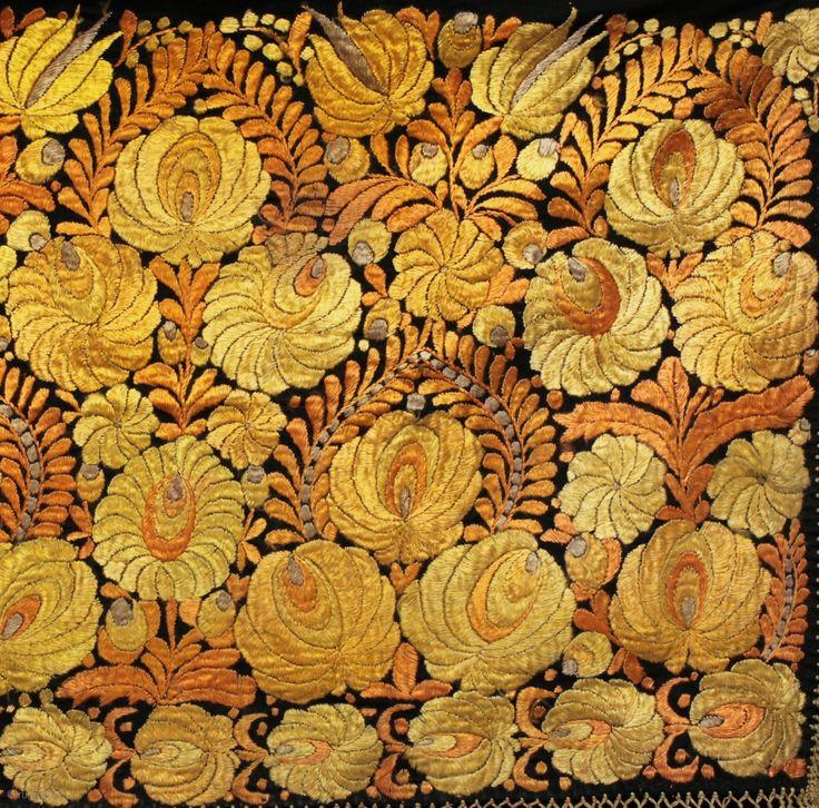 Ricamata a mano ungherese Matyó appeso a parete.  Fine del 19 ° secolo, la seta su una base di tessuto di seta in ottime condizioni.  115cmx54cm.  Il Matyó si stabilirono nella zona Mezőkövesd di NE Ungheria a seguito delle invasioni turche in ...