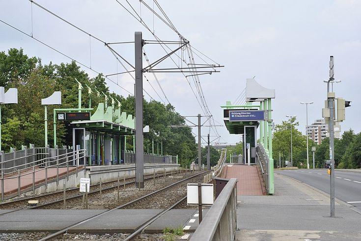 Stadtbahnhaltestelle Bahnhof/Karl-Wiechert-Allee der Stadtbahn Hannover, am 14.06.2011 in Hnanover. Hier verkehrt die Linie 4 (Roderbruch-Grabsen).