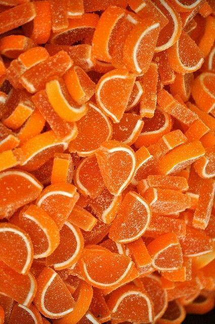 In der Chakrenlehre gilt das orangefarbene Energiezentrum als Sitz der Sexualkraft - aus der neues Leben hervor geht. In der Antike galt Orange als Farbe der Liebe und der Lust. Liebende glaubten an die sinnliche Macht von Orangenaromen, badeten in Orangenblütenwasser. Im 14. Jahrhundert galten Orangen, von Verehrern statt Blumen überbracht, als Liebesbeweis. Kerstin Tomancok / Farb-, Typ-, Stil & Imageberatung