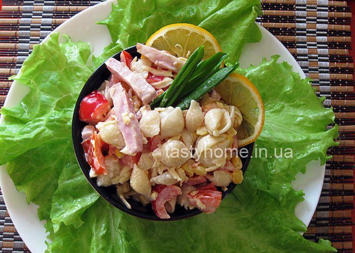 Итальянский салат смакаронами и ветчиной