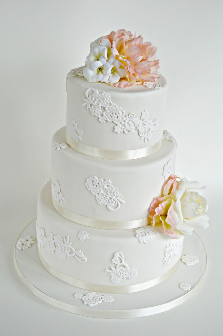 wedding cake with lace and flowers 339 best images about g 226 teau distinctive cakes on 26909