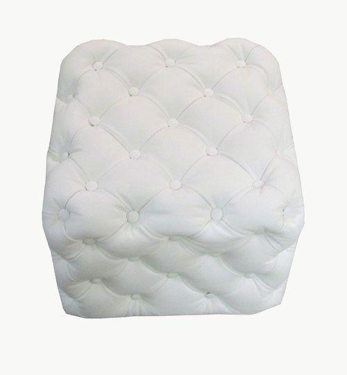 Specialtillverkad sittpuff i djuphäftat vitt skinn. Bredd 43 cm, längd 43 cm, sitthöjd 39 cm.
