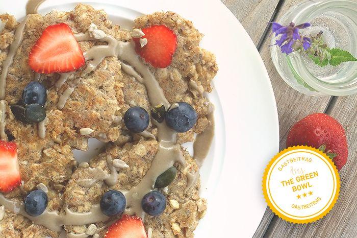 Wir freuen uns die zweite Gastblogger-Kooperation mit Lisa von thegreenbowl.at ankündigen zu dürfen! In ihrem ersten Beitrag beglückt sie uns mit einem herrlich leckeren Rezept für milchfreie Haferflocken-Pancakes für den Sonntags-Brunch... unbedingt nachmachen ;-)