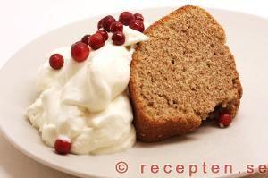 Mjuk pepparkaka - Ett klassiskt recept på mjuk pepparkaka som är en god sockerkaka kryddad med pepparkakskryddor. Med filmjölk