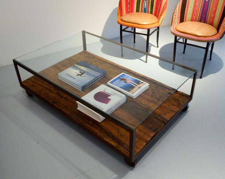 Mesa de centro. Madera recuperada, vidrio y estructura metálica.