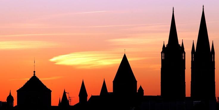 Las torres de la iglesia parroquial de Saint-Etienne de Caen ..    El contraste hace de las suyas para regalarnos algo de magia, que nos alimenta el alma.