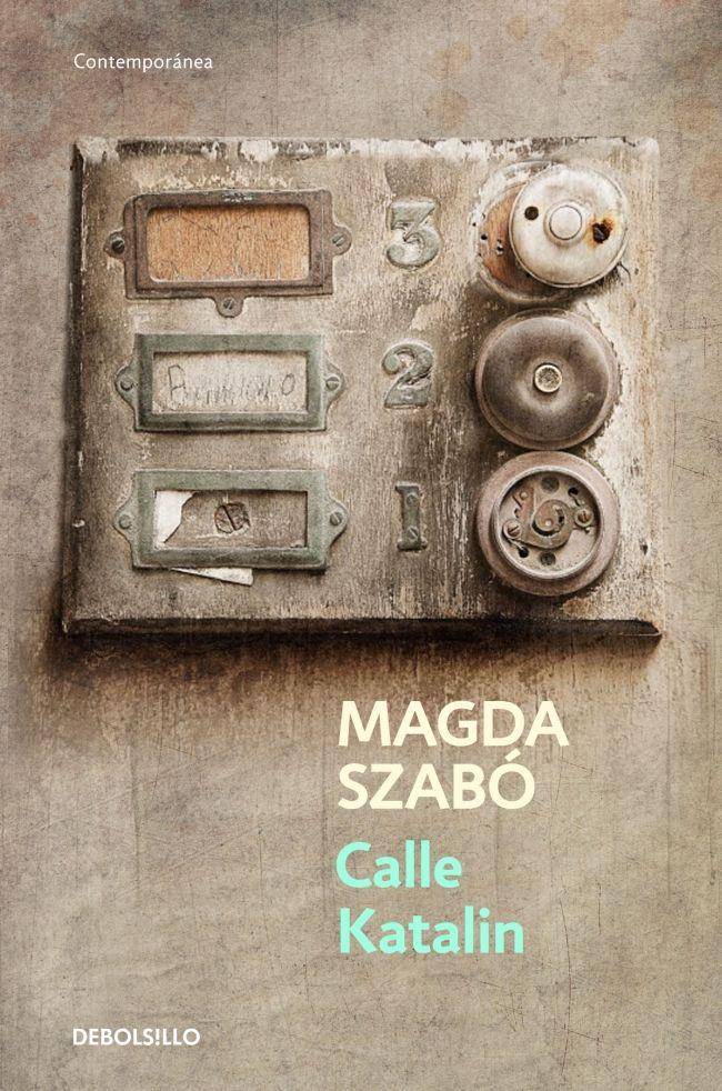 """Pese a que soy un gran aficionado a la novela negra, suelo de vez en cuando cambiar de registro. Me siento cómodo con la compañía de Harry Hole, Erlendur Sveinsson o Jean-Baptiste Adamsberg, pero también me gusta salir de la monotonía (bendita monotonía) y conocer otros autores y otras literaturas. Eso mismo me ha pasado con Magda Szabó y su """"Calle Katalin"""", sin duda todo un descubrimiento."""