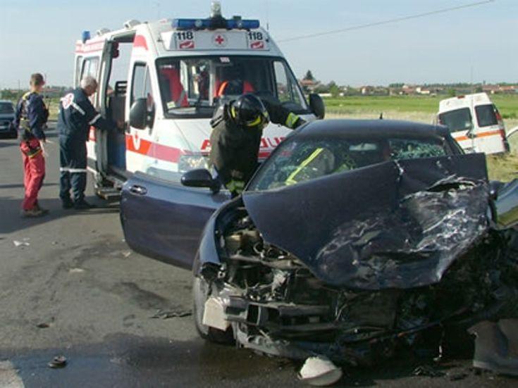 A soli venti anni muore in un incidente stradale:l'auto si schianta contro un cuspide