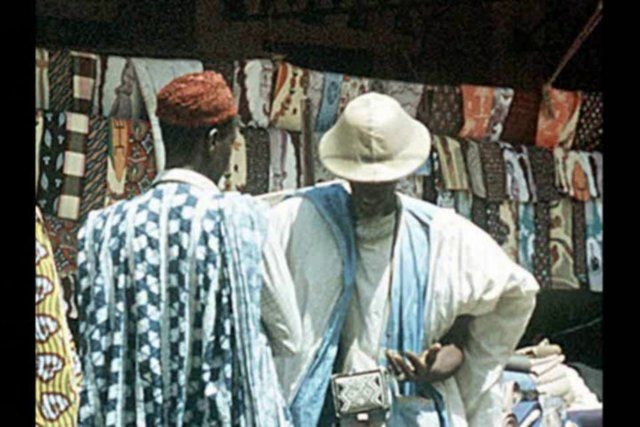 Tendo como ponto de partida uma conversa com o estilista senegalês Mame Cheikh, este programa discute um pouco da realidade da moda em alguns países africanos.  Mame Cheikh é um estilista senegalês radicado na Alemanha. Ele esteve em Belo Horizonte em 2010 para participar do Fest Afro Brasil - um festival realizado pela Casa África, entidade que visa promover intercâmbios entre diversas manifestações artísticas do Brasil e dos ...