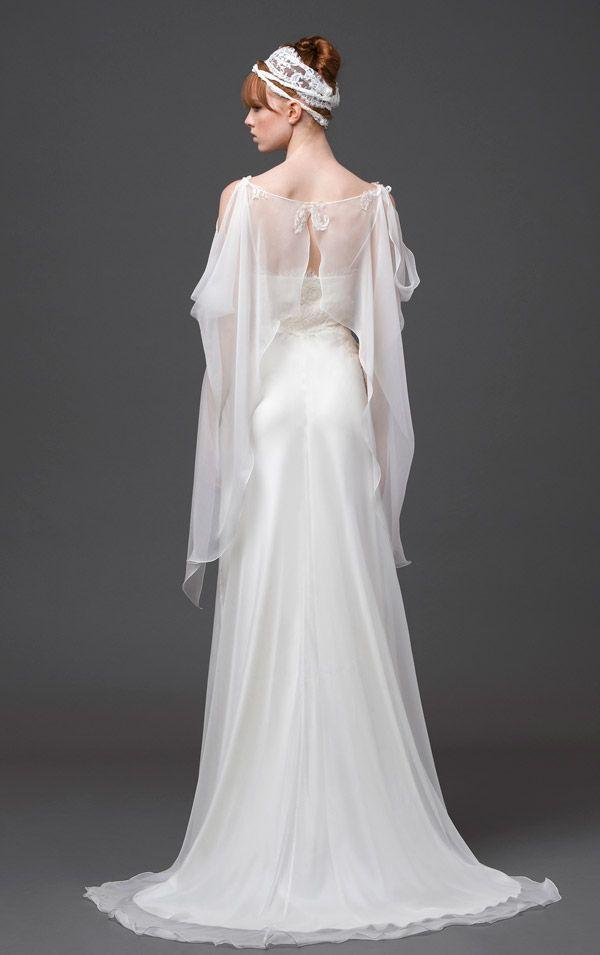 L'abito da sposa è dolce e rigoroso allo stesso tempo nella nuova collezione Alberta Ferretti Forever. Pizzi, trasparenze e bouquet di fiori.http://www.sfilate.it/226155/sposa-alberta-ferretti-forever-stella-rara-luminosa