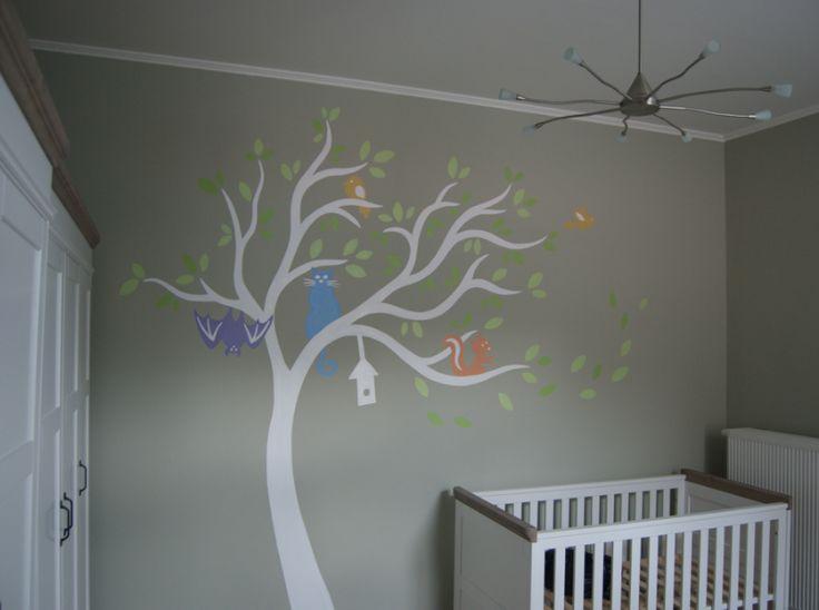 Decoratieve muurschildering boom met diertjes
