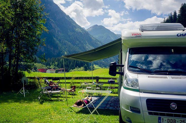 Een plastic vloerkleed als buitenmat op de camping. Handig voor camper, caravan en tent.