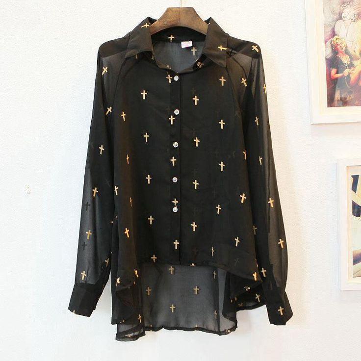 Blusa negra con cruces doradas más larga de atrás $10000