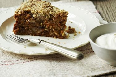 Spice-scented carrot cake with crumble topping