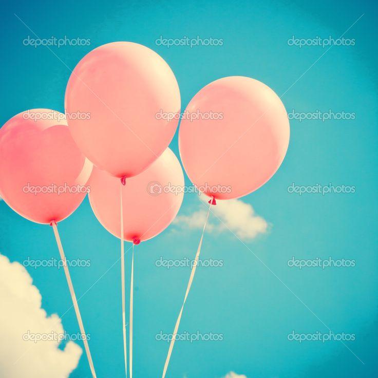 Globos rosados en cielo azul— Foto de andrekaphoto