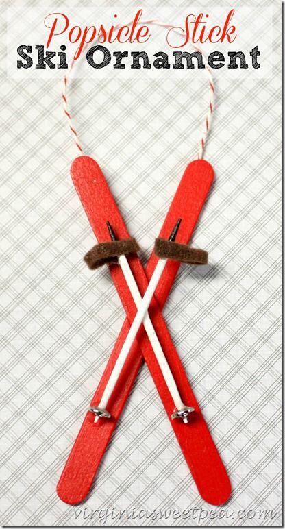 paire de skis fait avec des bâtons de Popcicle et les bâtons avec des tiges pour brochettes. Un bouton pour le bas de votre ski et une rondelle de feutre pour le haut.