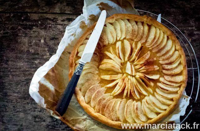 La simplicité a du bon, mais ça n'empêche pas cette recette d'être la meilleure tarte aux pommes du monde !