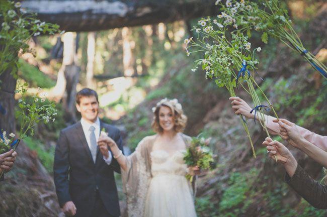 Istedenfor ris kan gjestene holde buketter med blomster over brudeparet etter vielsen