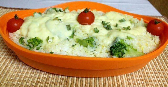 Arroz com brocolis, queijo, cebolinha e mini tomates