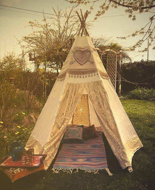 This would make the cutest little nook for reading or dreaming or just... being.