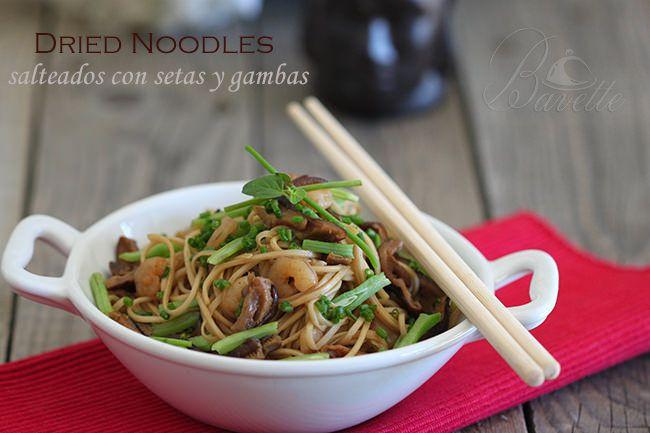 Noodles salteados con setas y gambas.