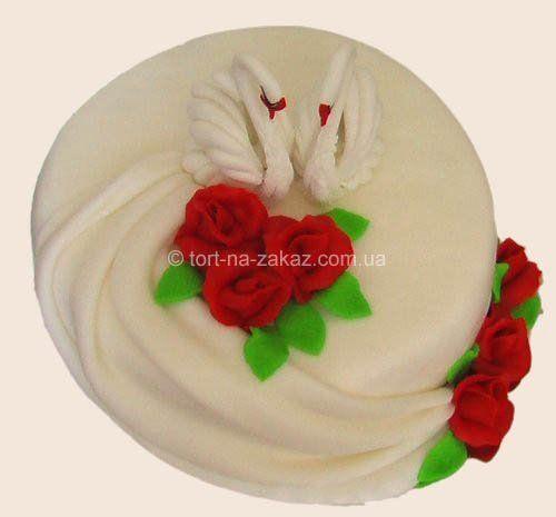 Оформление тортов в форме сердца украшен клубникой и киви